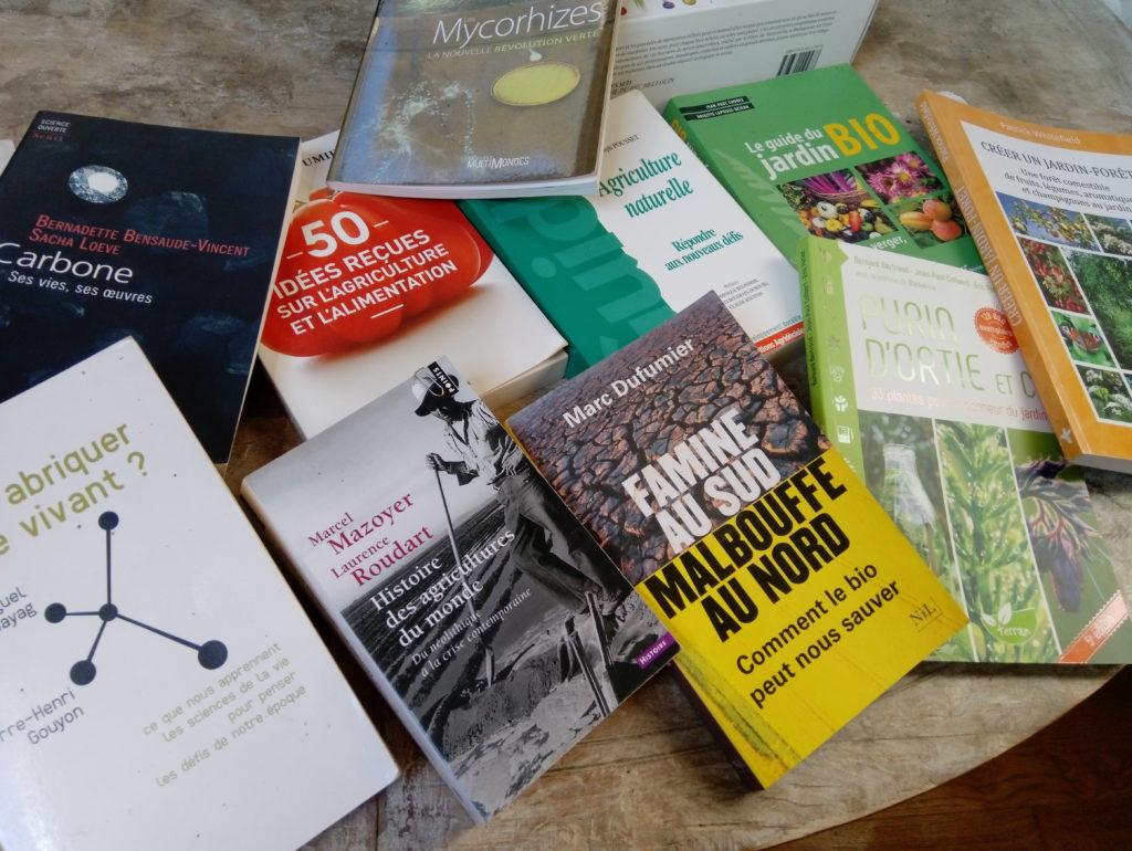 livres de Benoît en vrac sur une table
