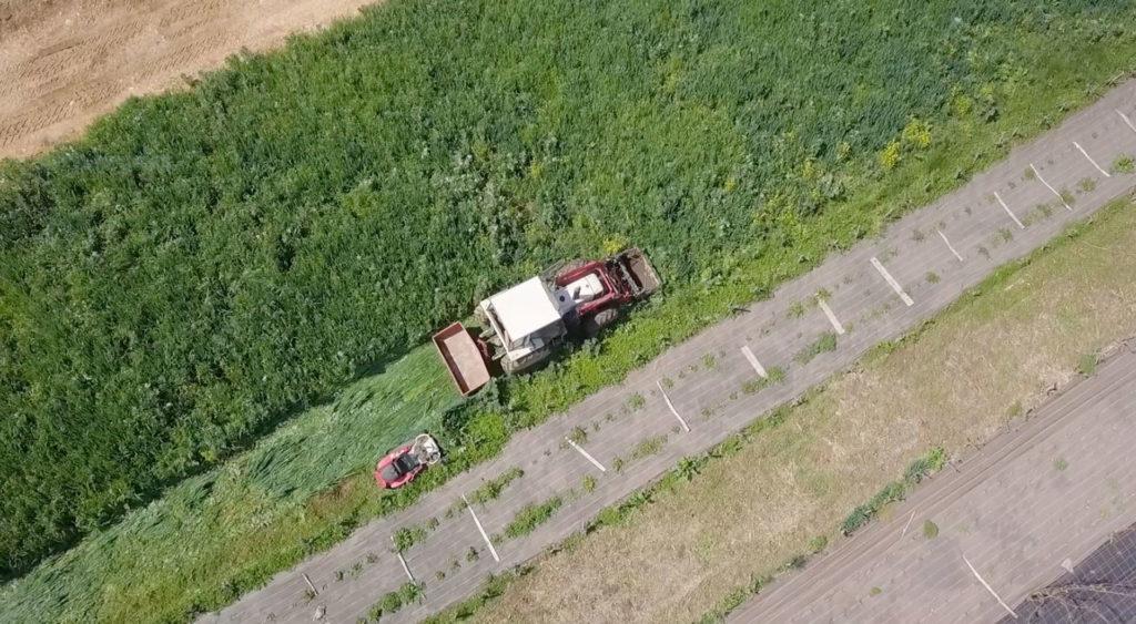 tracteur en action dans un champ en permaculture vue aérienne de drone