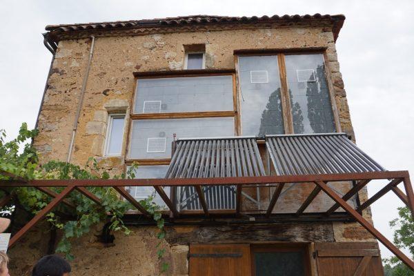 panneau chauffe-air et tubes panneaux solaires sur la maison