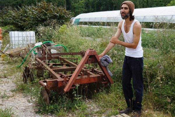 Benoî présente un outil pour fendre légèrement le sol