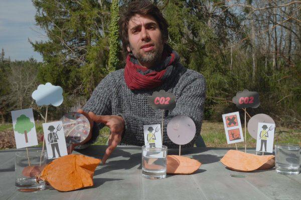 Benoît explique les différences entre les courges sur une table